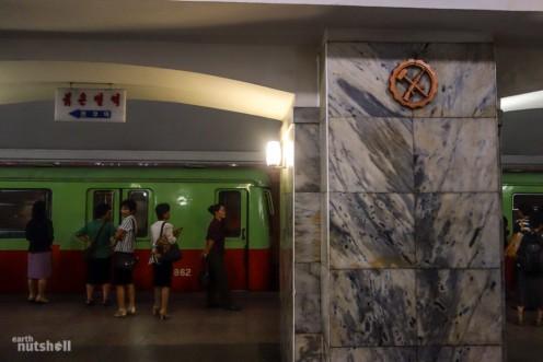 39-pyongyang-metro-hammer-ak47-pulgunbyol--1024x683